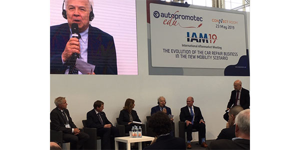 """Panelists discuss """"The Evolution of The Car Repair Business in the New Mobility Scenario"""" AutopromotecEDU program in Bologna."""